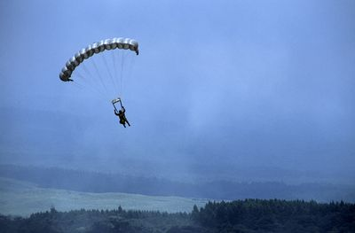 Paratrooper float and maneuvering a parachute during military training