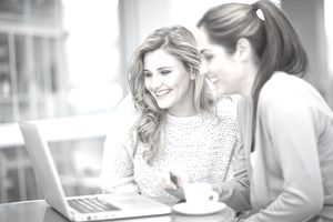 2 women looking at a laptop