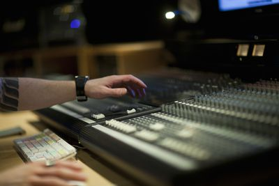 Using master license to use mixing desk in recording studio