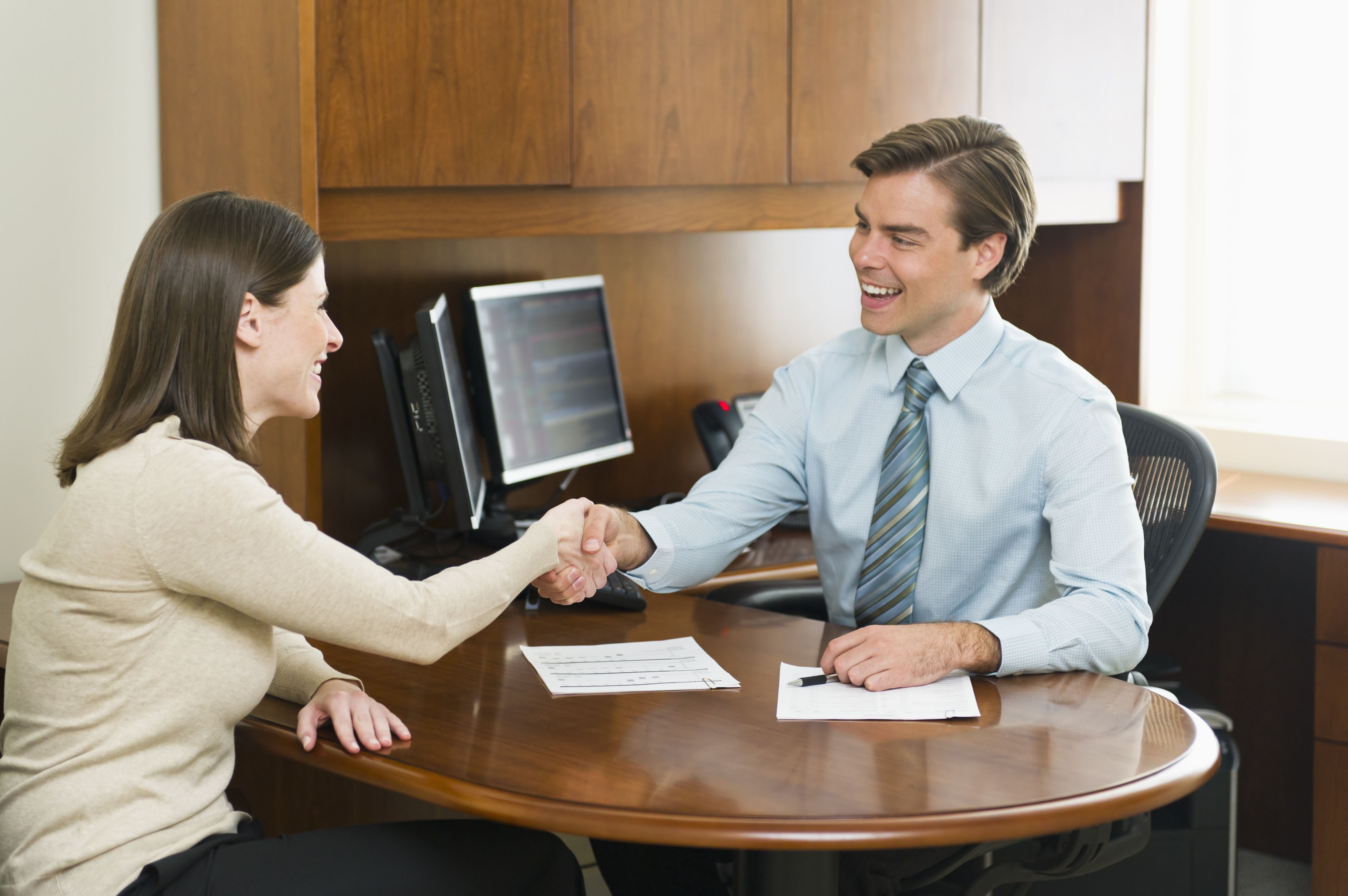 USA, New York, New York City, Businessman and client shaking hands in office