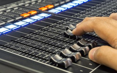 what does a broadcast technician do