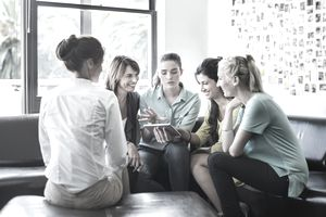 Mandatory HR training is often done in small groups to encourage exchange and interaction.